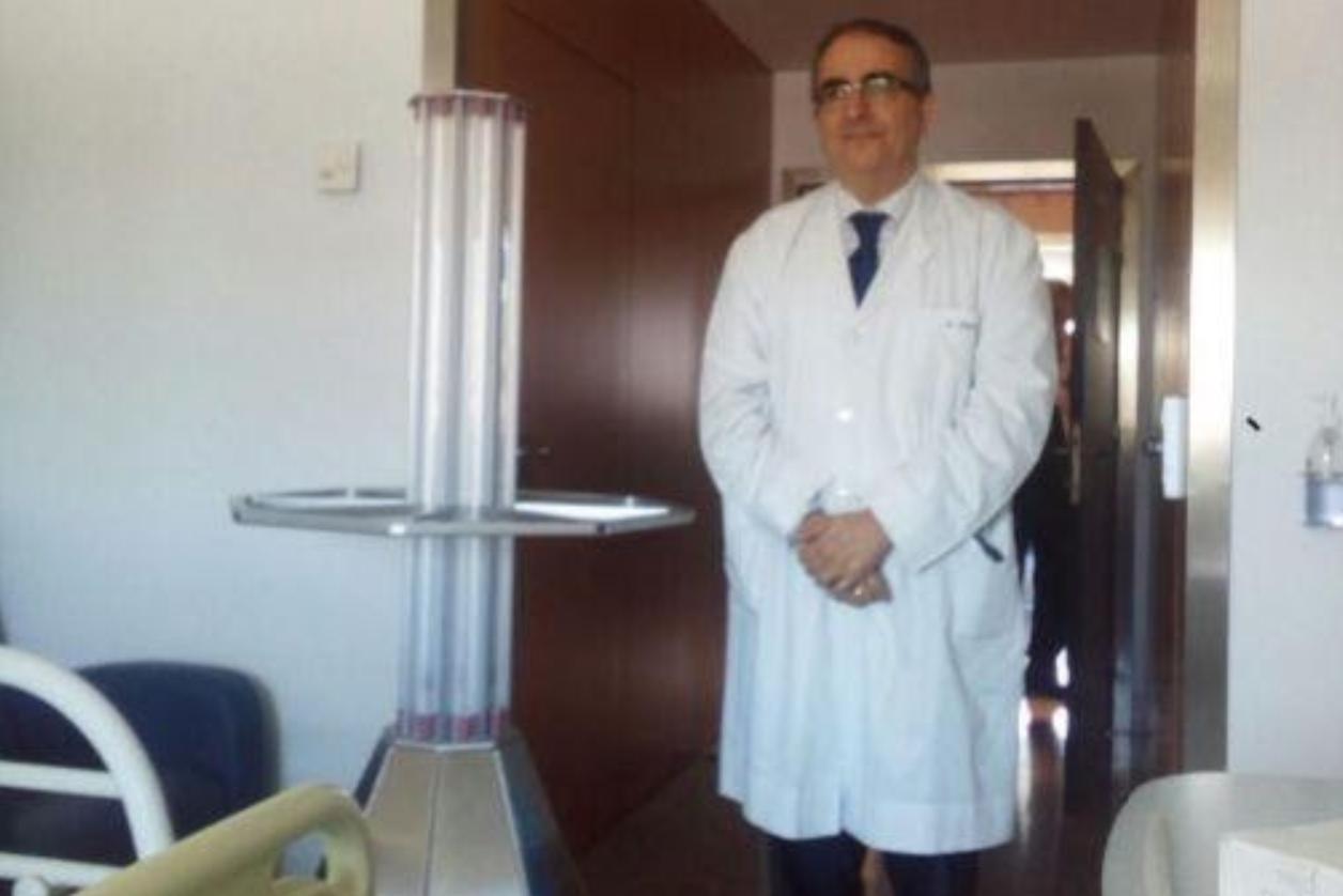 El médico Guillén Grima posando junto a un modelo ASEPT-2x UV.